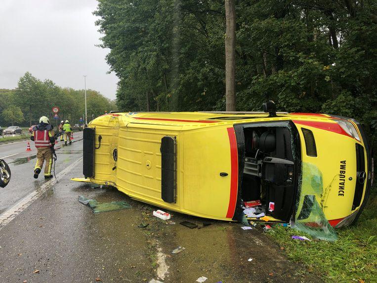 De ziekenwagen werd weggekatapulteerd door de crash.
