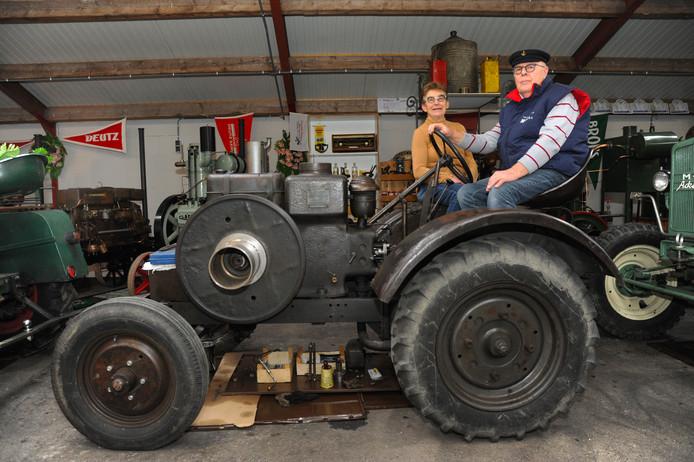 Johan en Jo Spruijt op  een Kramer tractor, verdeeld via Baywa, met motor van Deutz uit 1952.