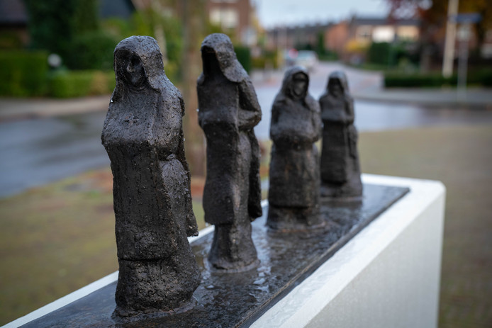 Het beeld 'De Zusters' van Stef Wierink aan de Kloosterplaats in Bemmel.