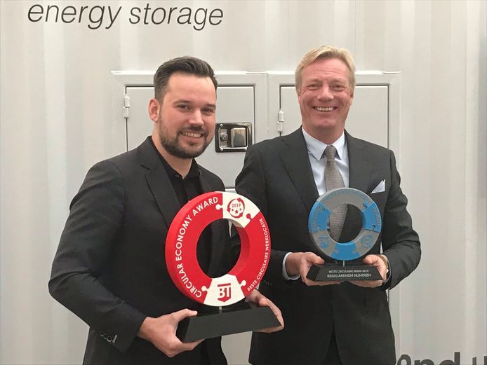Kevin Rijke (IPKW, links) en Jan van Dellen (wethouder Arnhem) met de prijzen in handen. Van Dellen torst de award voor 'Beste Circulaire Regio 2018' voor Arnhem-Nijmegen.