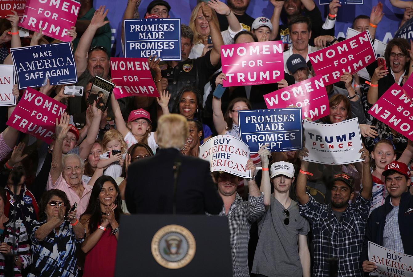 Trump begroet zijn medestanders tijdens een rally in Harrisburg, Pennsylvania.
