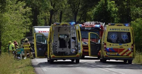 Man zwaargewond na botsing met auto tegen boom bij Zeddam.
