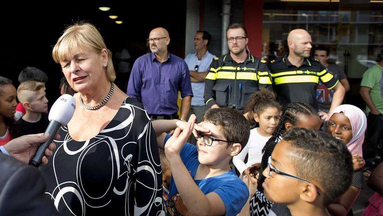 Burgemeester Geke Faber (L) brengt een bezoek aan de Vomar supermarkt in de wijk Poelenburg, naar aanleiding van problemen met hangjongeren de week. Beeld ANP