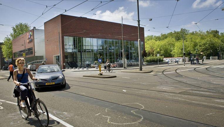 Het gevaarlijke kruispunt aan de Marnixstraat. Op de grond de plek waar het jongetje Boris in 2009 werd aangereden door een vrachtwagen. © Floris Lok Beeld