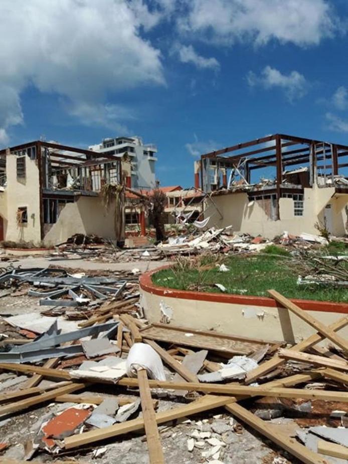 Met de actie hoopt het Bataafs Lyceum bij te dragen aan herstel van het Milton Peters College op Sint Maarten, waar Anke Hoopman les geeft. De lerares Nederlands stond vorig jaar nog in Hengelo voor de klas.