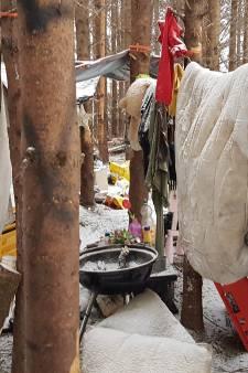Dakloos in de sneeuw: provisorisch van zeil een tentje maken