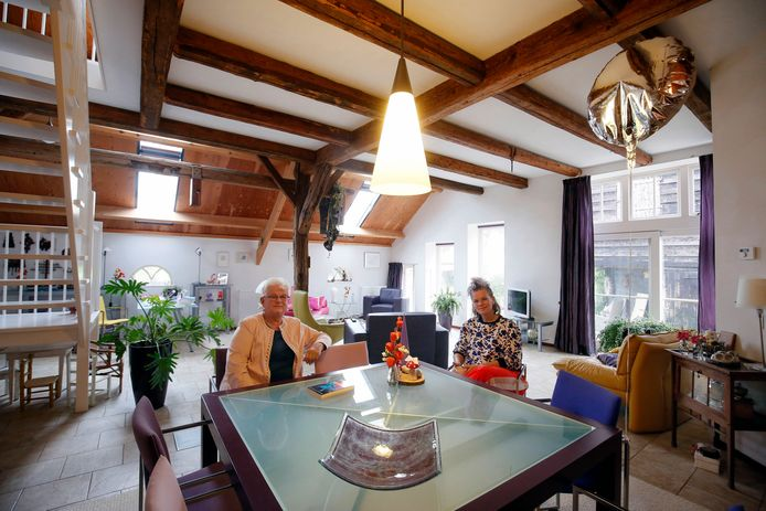 Tina Hakkesteegt samen met haar Cobi Oosterling in de keuken van het huis. ,,Dit was vroeger de koeienstal.''