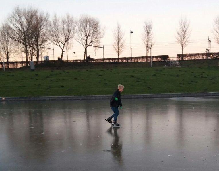De eerste schaatser in Amsterdam Beeld Van Asbeck