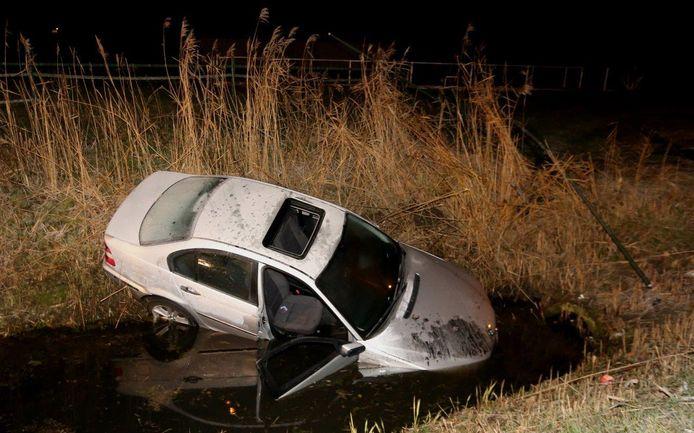 Auto te water bij Velddriel.