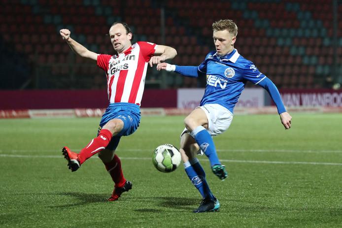 Niels Fleuren (FC Oss) in duel met FC Den Bosch-speler Sven Blummel.