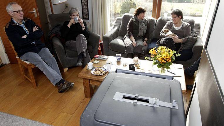 Even een kopje koffie doen in het kleinste stembureau van Nederland in Marle (Overijssel), waar kiezers vandaag hun stem kunnen uitbrengen voor de verkiezingen van de Provinciale Staten. Beeld null