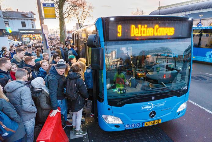 Scholieren van het Deltion College op station Zwolle.  De Campusbussen van lijn 9 op platvorm A8 is overvol. Als 'vee' zitten/staan en hangen de studenten onderweg naar Holtenbroek.
