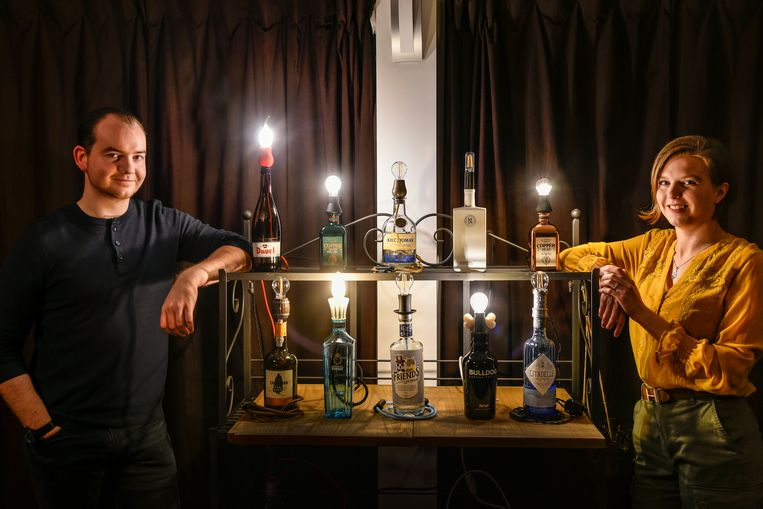 Alexandra en Nick zorgen met hun creativiteit dat lege flessen een nieuw leven krijgen als originele lamp.