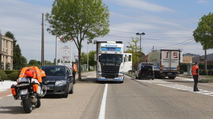 VIDEO: Voetganger in levensgevaar na aanrijding door vrachtwagen