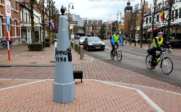 De grenspaal in het centrum van Baarle: de brandweer maakt geen onderscheid waar de grens loopt.