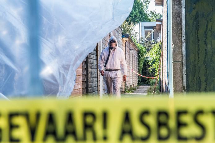Asbestsanering bij de verbrande schuur in Bemmel.
