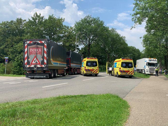 De situatie bij de ongevalsplek, vrijdagmiddag in Kampen. Het slachtoffer op de fiets, een 74-jarige vrouw uit IJsselmuiden, blijkt er slecht aan toe te zijn.