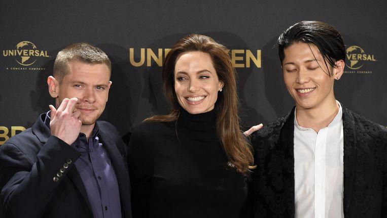 Angelina Jolie (midden) met de Britse acteur Jack O'Connell (links) en de Japanse singer-songwriter Miyavi bij de presentatie van de film
