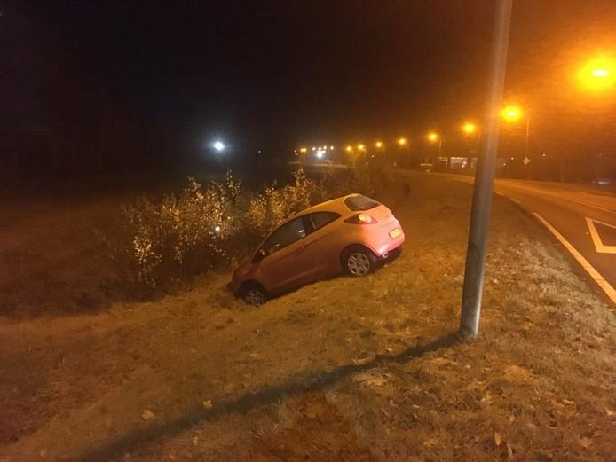 De gestrande auto langs de Flevoweg in Vollenhove.