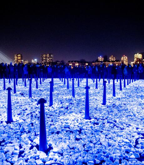 Dit lichtmonument ter herinnering aan slachtoffers Holocaust is nu tijdelijk in Rotterdam