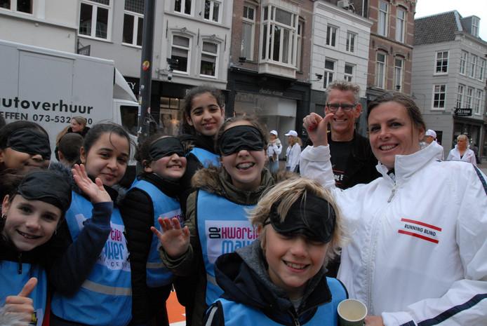 Hardlopen met of zonder blinddoek: het is een wereld van verschil. Weten ook de begeleiders Frans Dix en Birte van Roosmalen(r) van Running Blind.