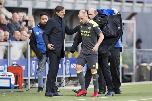 PSV-trainer Cocu haalde Jorrit Hendrix al in de eerste helft naar de kant, jeugdspeler Pablo Rosario verving hem.