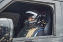 Stuntrijder Jess Hawkins en de Land Rover Defender op de set van de nieuwe James Bond-film