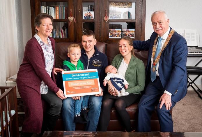 Burgemeester Asje van Dijk (rechts) verblijdt het jonge gezin met een cheque ter waarde van 590 euro.