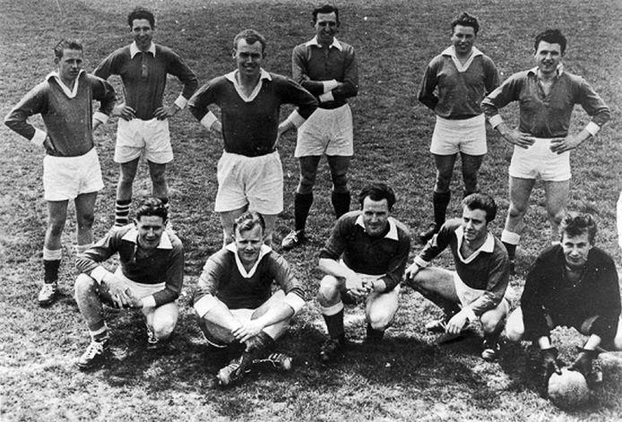 Elftalfoto Jonge Kracht uit de late jaren zestig. Over een maand of negen hoopt de club het nieuwe onderkomen in gebruik te nemen.
