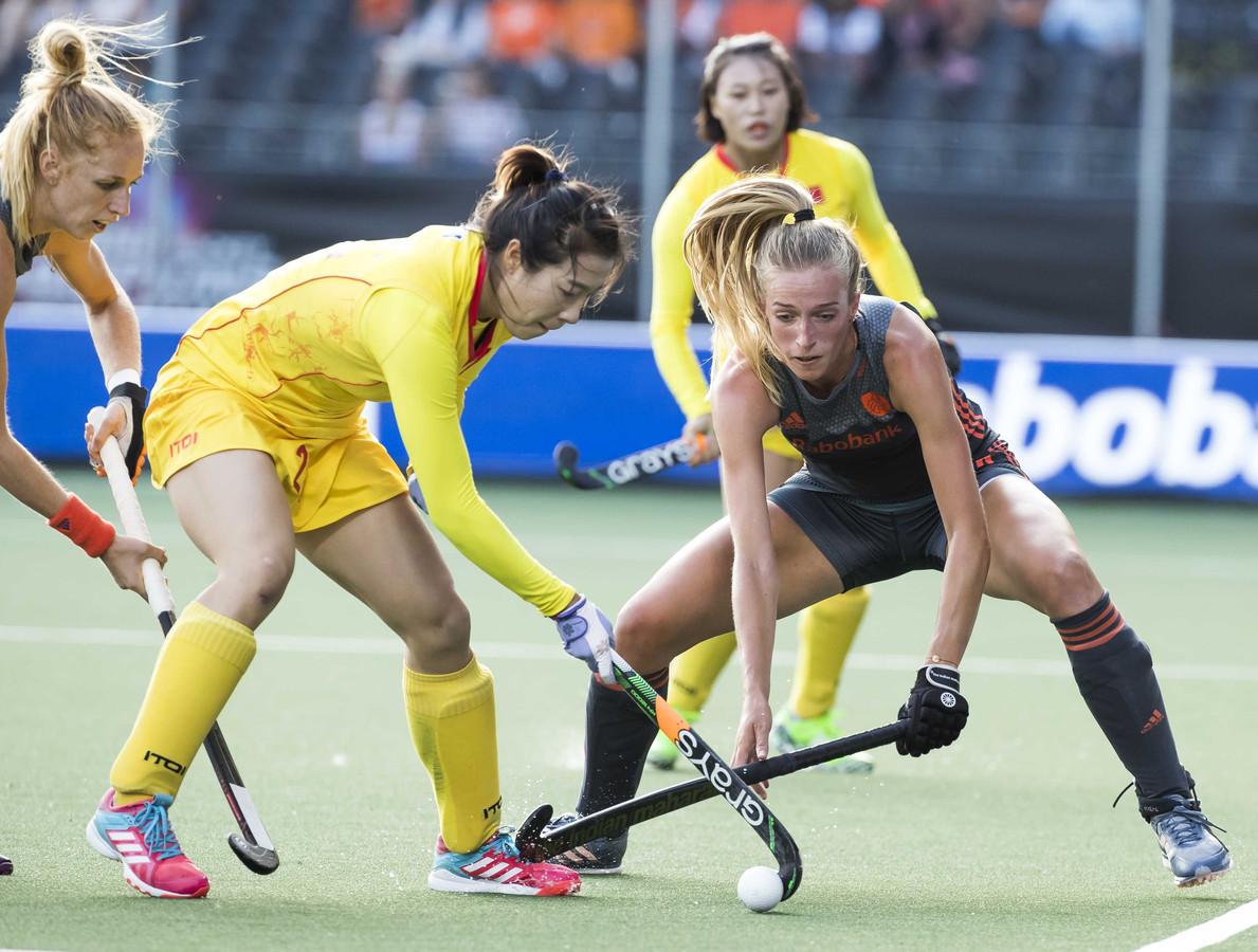 Sanne Koolen (rechts) duelleert met Shumin Wang van China tijdens het vierlandentoernooi in Breda.