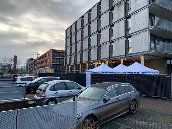 De situatie aan de Hampshire woensdagochtend. Onder de witte tent staat een auto.