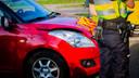 De auto had na het ongeval in Deurne ook flinke schade.
