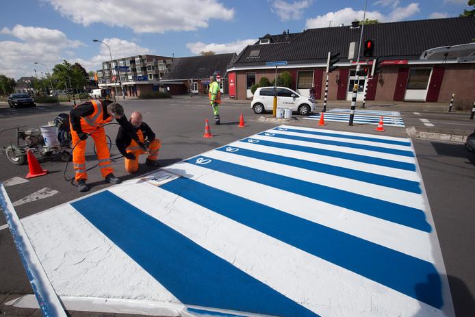 Wegmarkeerders zetten de Graafschap-G op de blauwe banen, op de kruising Raadhuisstraat-Dr. Huber Noodtstraat-Rozengaardseweg.