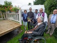 Jarige pastoor (98) zegent opvallende woning in Bergeijk: 'Moge Gods zegen over deze pipowagen komen'