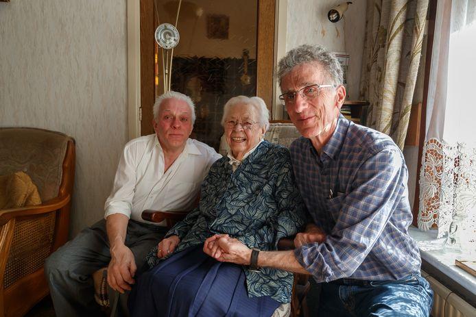 Robert Baumgardner (rechts) kwam uit Texas over in het kader van zijn onderzoek naar zijn oom, de piloot die in 1944 een fietser van zijn fiets afvloog op een dijk net buiten Zevenbergen. Hij ontmoette mevrouw Ad van Leent (97), de dochter van die fietser. Links Henri, de zoon van Ad.
