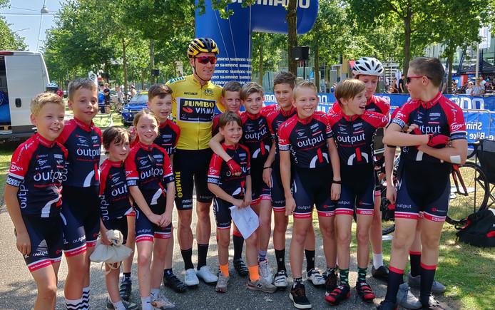 Mike Teunissen tussen jeugdleden van WV Schijndel, tijdens de ZLM-tour. Daar toevallig óók in het geel.