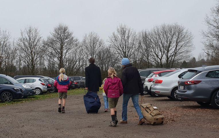 De eerste kinderen vertrekken met hun ouders. Het kamp zou sowieso aflopen vanmiddag.