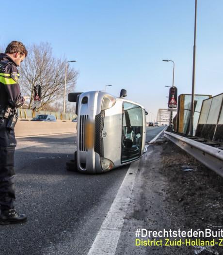 Vertraging op N3 door ongeluk: auto op z'n kant