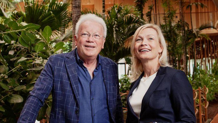 Harry en Jennifer Westers in het tropische atrium van Hotel Jakarta Beeld Mark van der Zouw
