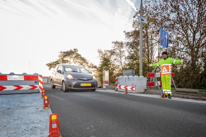 De Oud Adese Langebrug moet worden vervangen. Inwoners pleiten voor een tijdelijke oplossing voor fietsers.