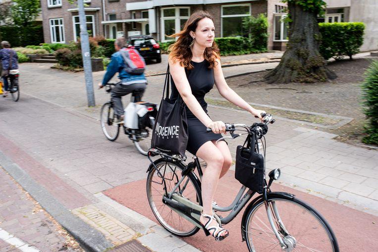 Marjolein Aurora van modellenbureau Innocence in Haarlem reist op verschillende manieren naar haar werk. Soms met de fiets.. Beeld Simon Lenskens