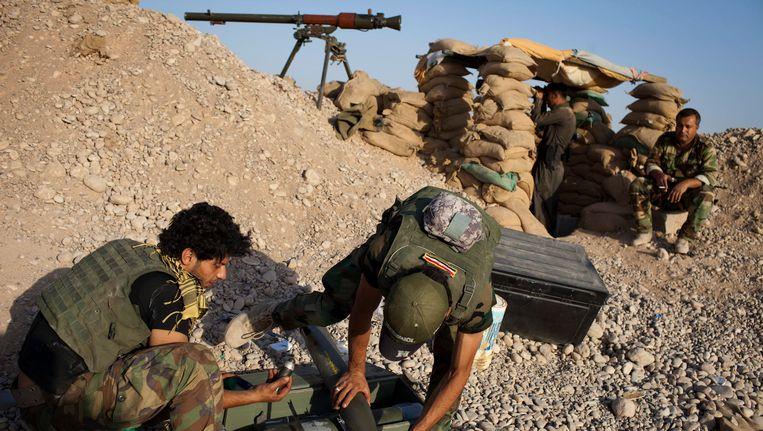 Peshmerga-strijders prepareren een racket in hun strijd tegen IS. Beeld EPA