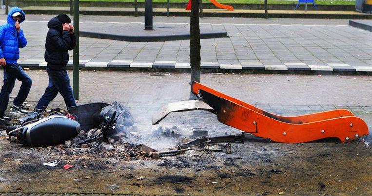 In de Haagsche Schildersbuurt smeulen nog een scooter en een glijbaan op 1 januari. Foto ANP/Robin Utrecht Beeld
