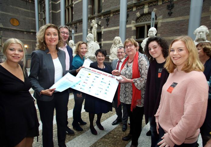 Wethouder Jannie Visscher (rode sjaal) is ook voor de petitie in Den Haag.