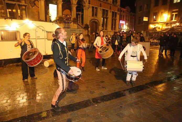 Sfeer en gezelligheid tijdens November Wereldmaand in Halle. De themamaand wordt voor het eerst sinds 2003 geannuleerd.