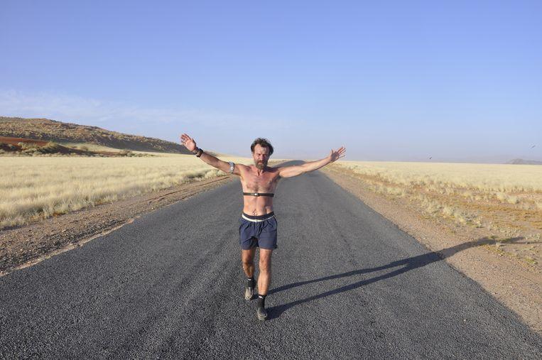 De Iceman tijdens een marathon in de woestijn van Namibië. Beeld www.innerfire.nl