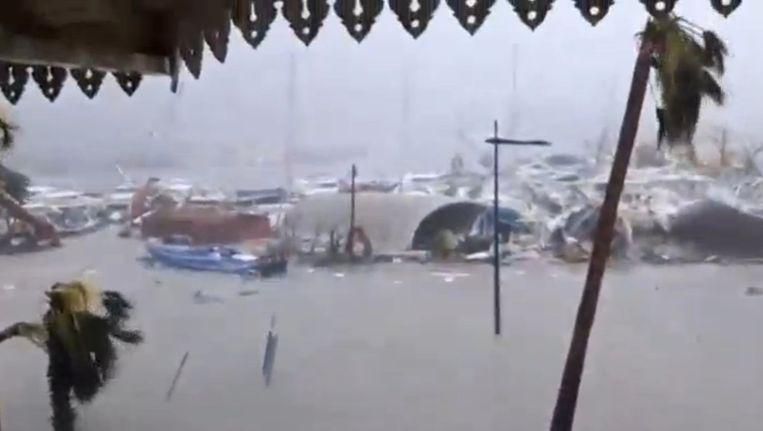 Verwoeste boten bij de overstroomde haven in het Franse gedeelte van Sint Maarten. Beeld reuters
