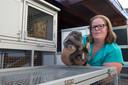Voor 6 euro per vakantiedag, en 3 euro per konijn bij een tweede of meerdere konijn(en) van dezelfde eigenaar in hetzelfde hok, verzorgt Esther Hueting de 'gasten' met dezelfde liefde zoals ze haar eigen twee konijnen verzorgt.