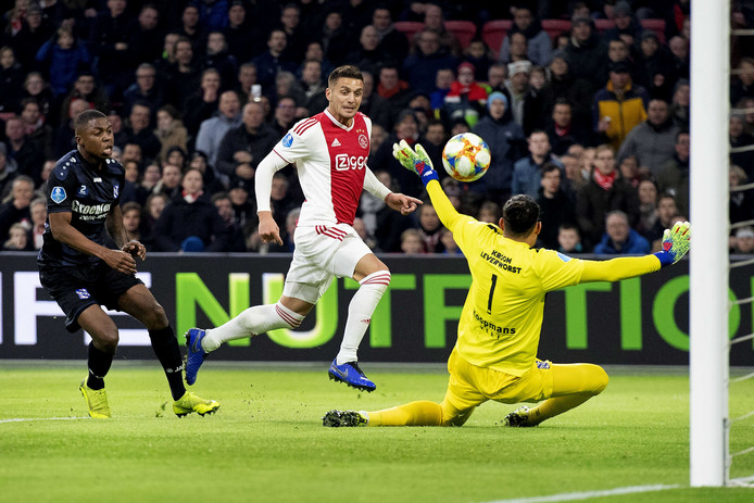 Dusan Tadic van Ajax scoort de 2-1. keeper Warner Hahn van Heerenveen is verslagen.