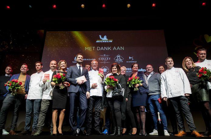 Groepsfoto met de koks en hun partners tijdens de presentatie van de Michelin Gids 2019.